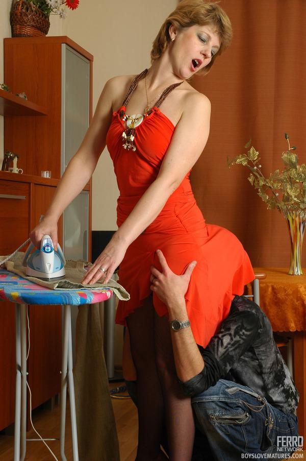 Девушки заставляют эротика на гладилке фото русское порно