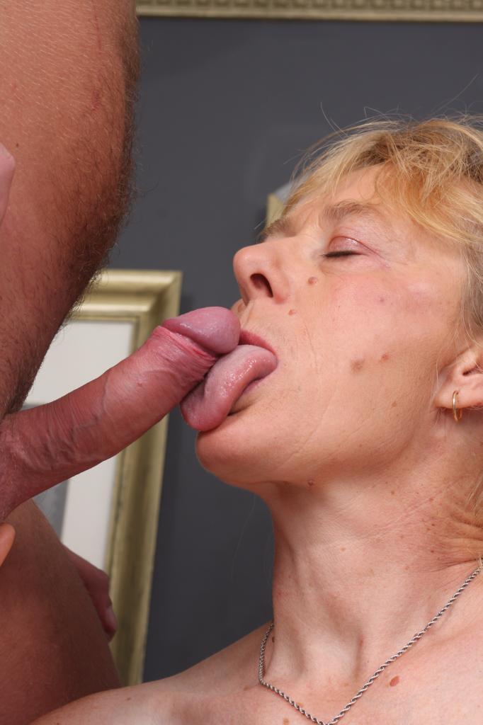 Порно старуха глотает сперму