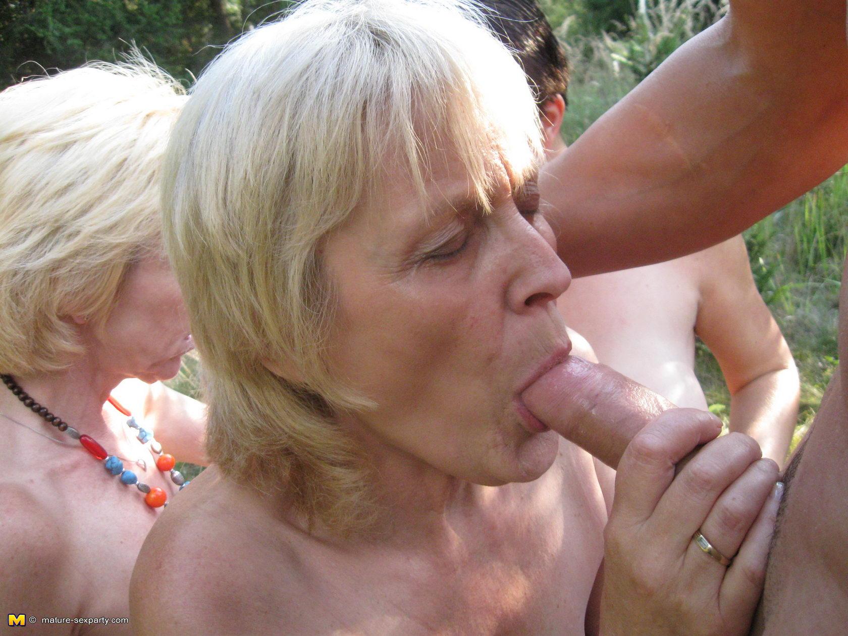 Секс co зрелыми женщинами на природе, Зрелую на природе -видео. Смотреть зрелую на 4 фотография