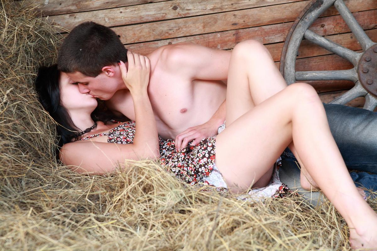 Смотреть секс молоденьких на сеновале