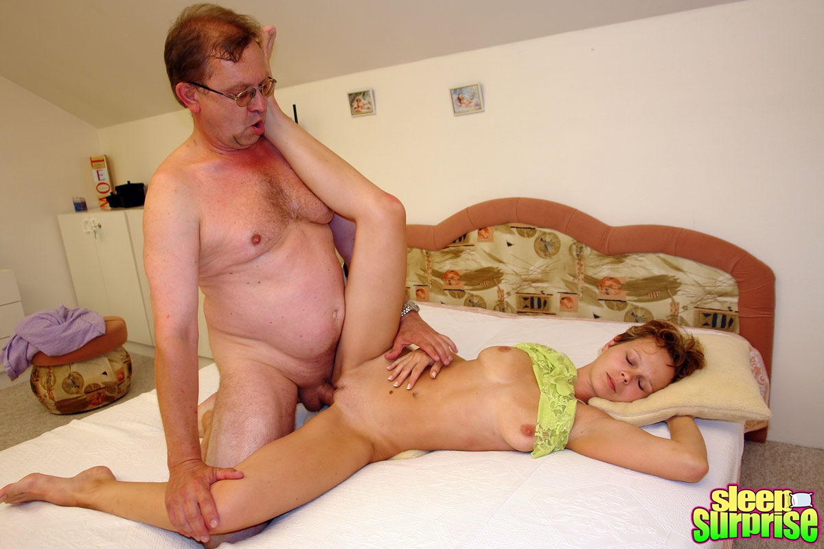 Папа трахнул дочь пока мама спала частенько