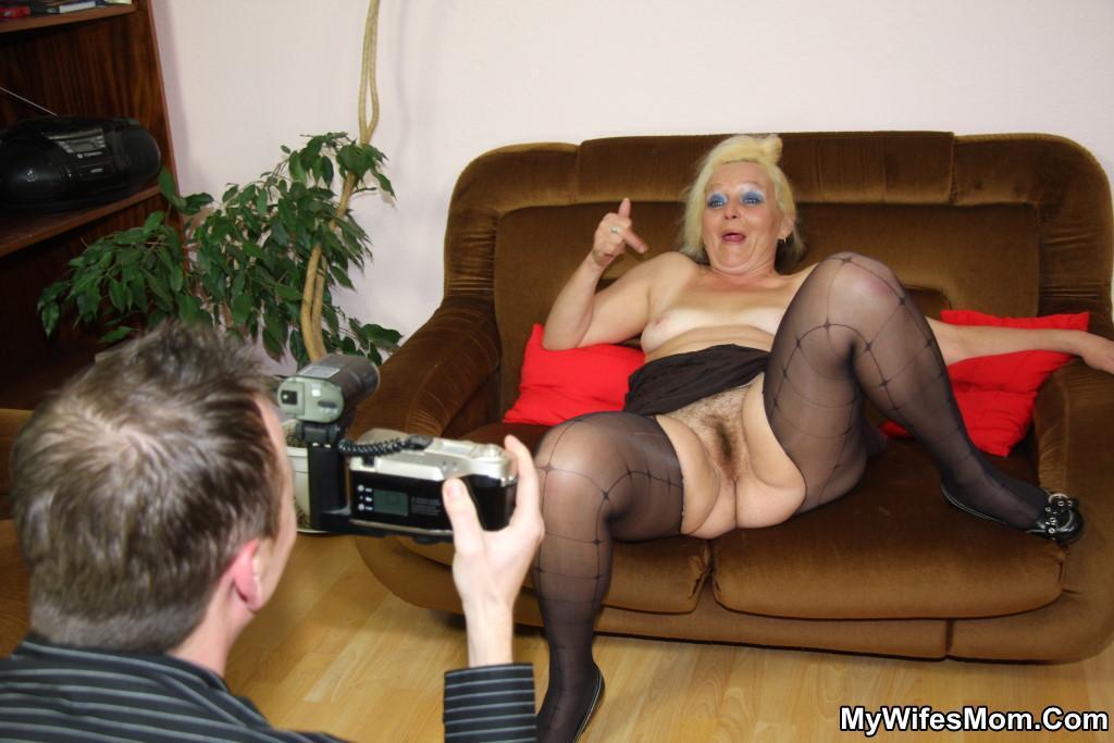 Развратная бабка в чёрных чулках порно фото бесплатно
