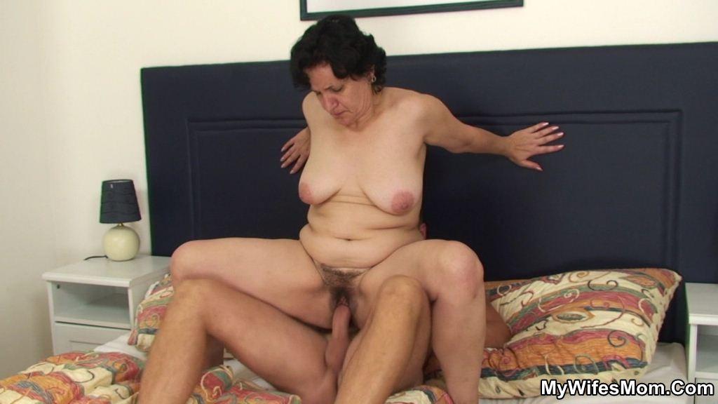 Порно видео ебет тещу
