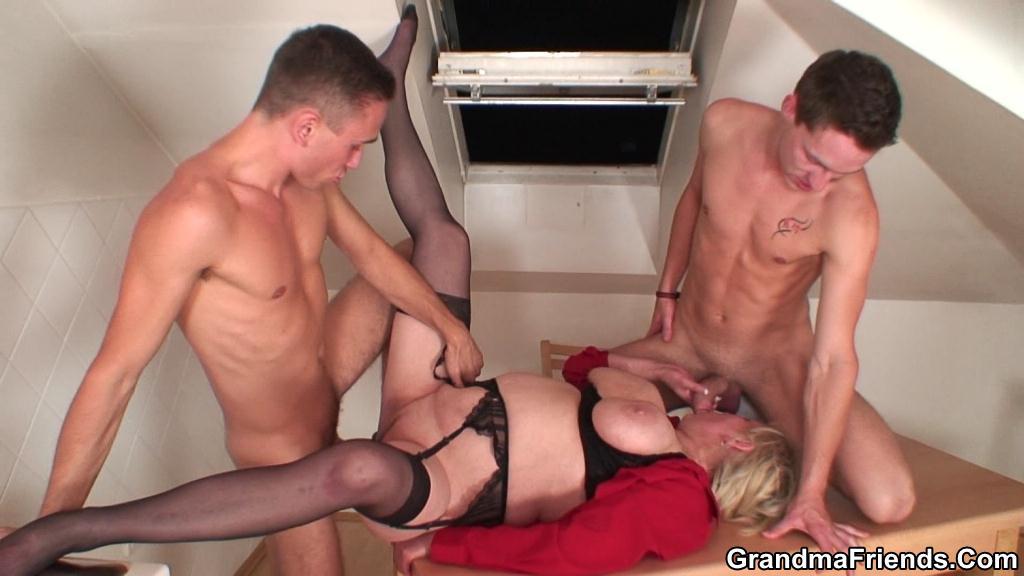 Порно старушки троя