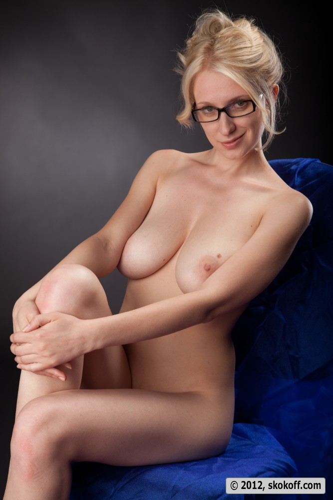 Glasses Wearing Sexy Babe Keira On Grass Naked Shows Shaved Twat 1