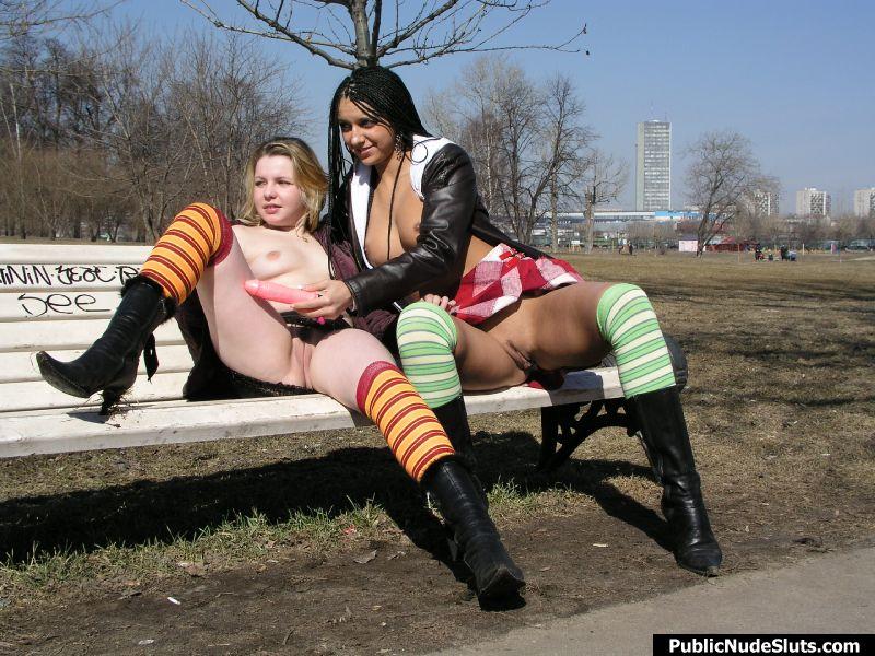 Девушки без трусиков в парке