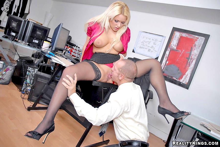 Фетиш под столом начальницы смотреть онлайн