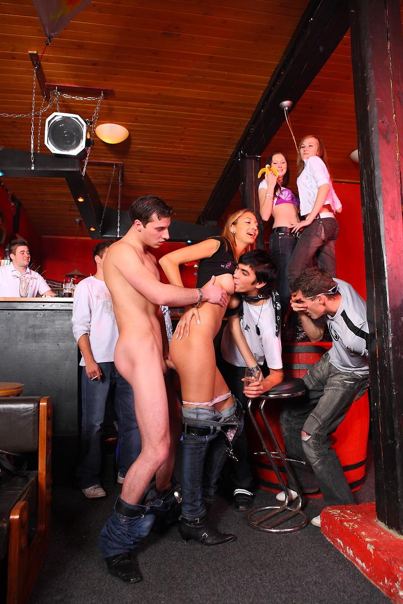 Смотреть стриптиз в баре сами