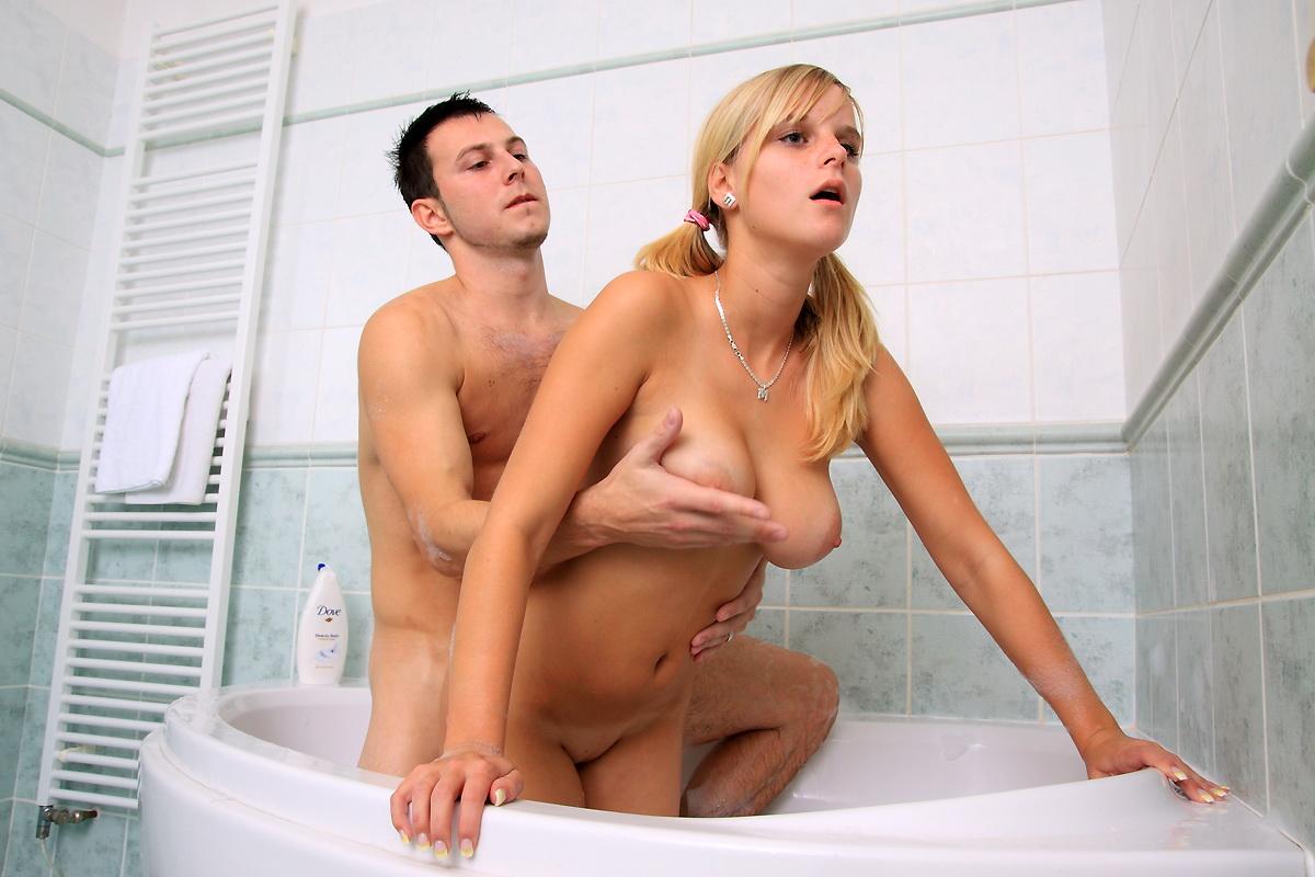 Секс девушек в ванной